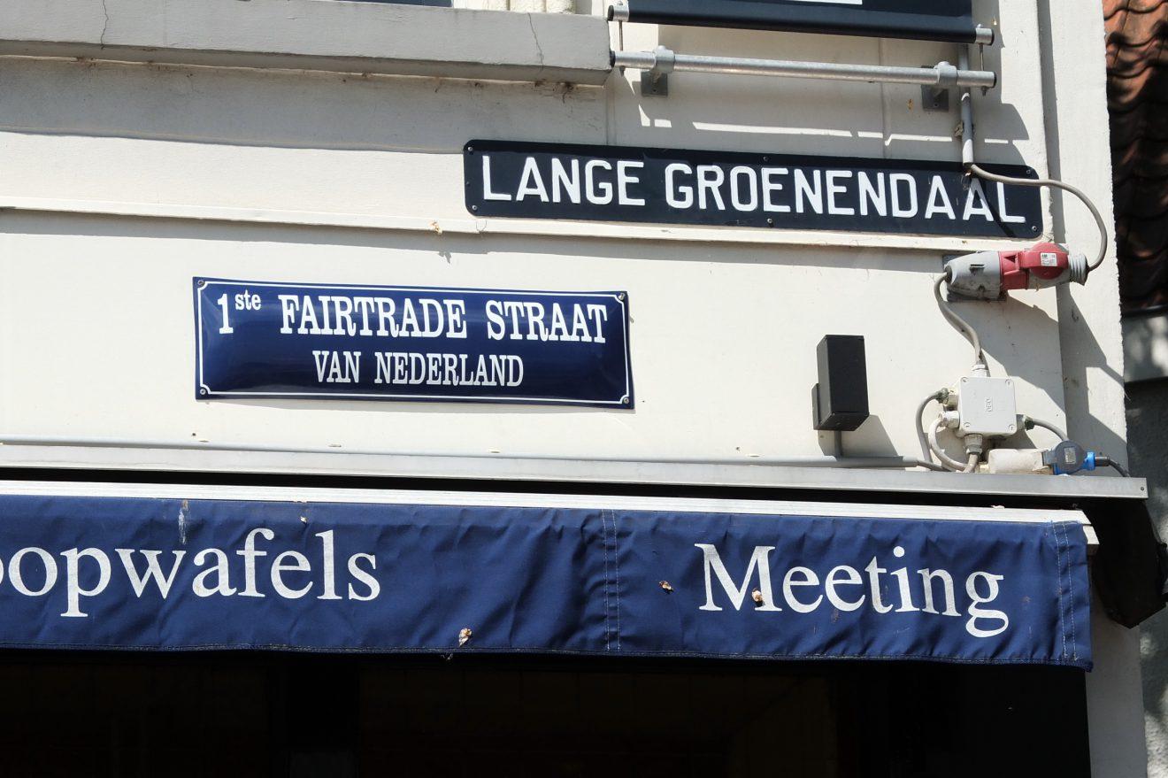 Onthulling straatnaambord 1e Fairtrade Straat van Nederland
